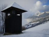 Zvonica - cesta k chate v pozadi chata