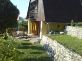 Bočný pohľad na chatu,terasy a posedenie pre