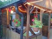 Osvetlený altánok so záhradným grilom