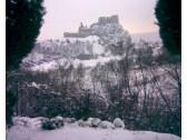 Pohľad na hrad Beckov v zime