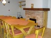 Jedálenský stôl a krb