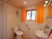 Sprchovací kút a WC. Druhé WC v suterenu chaty.
