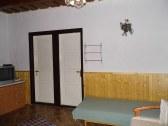 dvere do komory a kúpeľne zo zadnej izby