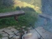 Ohnisko pred chatou - sedenie pred chatou