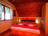 V chate sú 3 spálne (1x2,2x3).