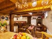 Spoločenská miestnosť s barom a veľkou kuchyňou