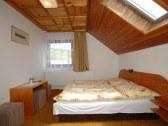 trojposteľová izba na poschodí
