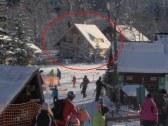 Pohľad z lyžiarskeho svahu na drevenicu