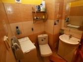 toaleta APT PALACE s rohovou vaňou a práčkou