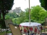 Posedenie pred chatou s panorámou hradu