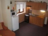 Chalupa č.1 - kuchyňa so spoločnskou miestnosťou..