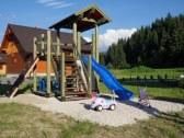 vlastné detské ihrisko s hojdačkou a pieskoviskom