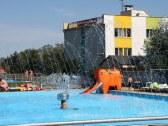 Detský bazén v pozadí s Penziónom** Bonaparte