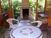 Záhradný gril  v altánku