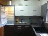 Kuchyňa - s chladničkou, mrazničkou, rúrou, mikrov