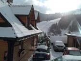 Parkovanie pri chate s výhľadom na lyžiarsky vlek