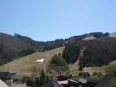 Výhľad na lyžiarsky vlek a hory oproti chaty