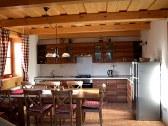 Pohľad na kuchyu s jedálňou