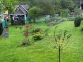 záhrada s ohniskom a altánkom