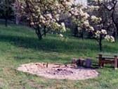ohnisko pod hruškou v záhrade