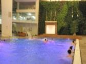 farebné kreácie v relaxačnom bazéne