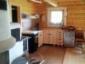 Kuchynský kútik s chladničkou a retro rádiom