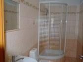 kúpeľň a sprcha patriaca izbe č.1
