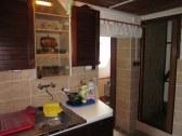 kuchyňa, dvere vľavo do kúpelne, vpravo na 1.posch
