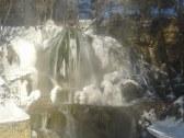zimný vodopád v strede obce
