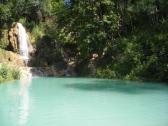 Modrá voda pri slnečnom počasí.