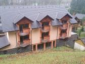 hotelová budova sa nachádza za penziónom