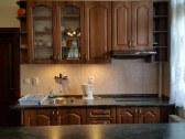 kuchynka v rodinnom apartmáne