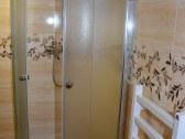 Kúpeľňa so sprchovacím kútom v podkroví