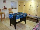 Spoločenská miestnosť so stolným futbalom