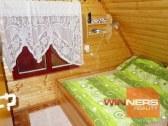 spálňa s manželskou posteľou a prístelkou
