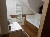 Kúpeľňa s vaňou v apartmáne č.1