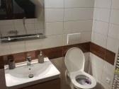 Kúpeľňa s vaňou a wc v apartmáne č.1