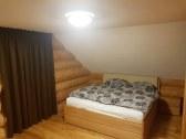 Manželská posteľ v apartmáne č.1