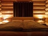 Manželská posteľ v izbe na prízemí