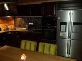 Kuchyňa s americkou chladničkou