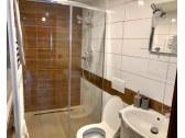 Kúpeľňa so sprchou a wc v apartmáne č.2