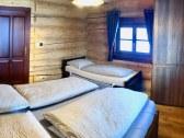 Izba na prízemí, manželská posteľ a jednolôžko