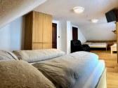 Apartmán č.1 s manželskou posteľou a 2x jednolôžko