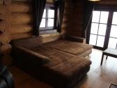 Komfortný gauč pre 2 osoby v obývačke