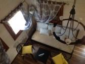 pohľad na obyvaciu izbu z poschodia