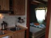 obývacia izba s kuch kútom a vstupom do spálne