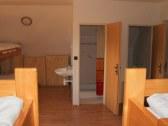 izba č.2 - pohľad na WC a sprchu
