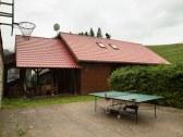 Basketbalová plocha s rozloženým stolom na stolný