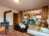 obývacia miestnosť soojená s jedálňou a kuchyňou