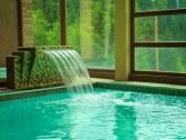 Hotelové wellness vodopád v bazéne so slanou vodou